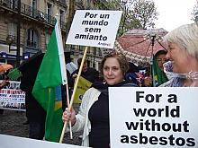 op de foto Fernada Giannasi (L) en Tinka de Bruin tijdens een demonstratie voor een wereldwijd asbestverbod.